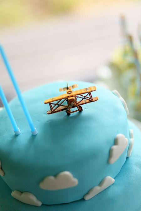 Leo's 2nd birthday party: vintage hot air baloons and flying machines
