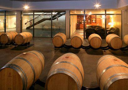 Cours oenologie entreprise près de Toulouse avec découverte du vignoble, son chai de vinification et son chai à barriques, challenge quizz oenologique (visuel, nez, bouche), dégustations de vins et fromages avec dîner dans le château.