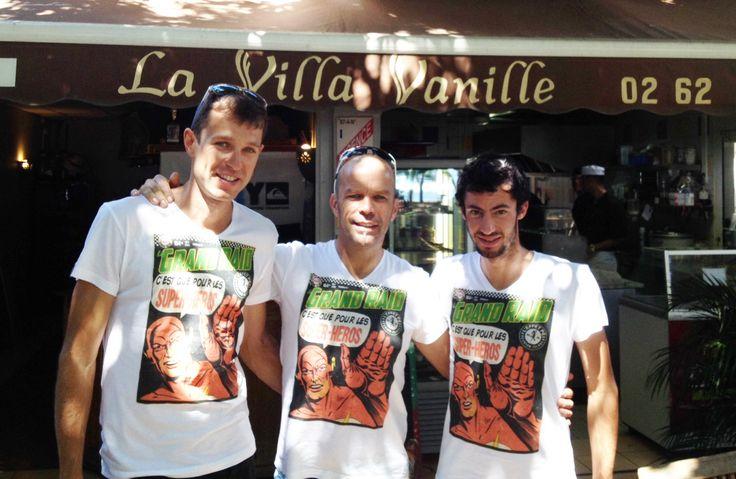 De Gauche à droite : François d'Haene (vainqueur de ce Grand Raid 2013), Gilou (boss de la Villa Vanille) et Kilian Jornet – T-shirt Le Grand Raid c'est que pour les Super-Héros