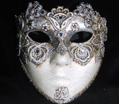 Volto Macramè decorato con foglia d'argetnto. Full Silver Face SA32. Maschera realizzata a mano in cartapesta. Decorata con colori acrilici, tecnica dello screpolato, foglia d'argento, pizzo macramè ed impreziosita da cristalli Swarovski e perle.