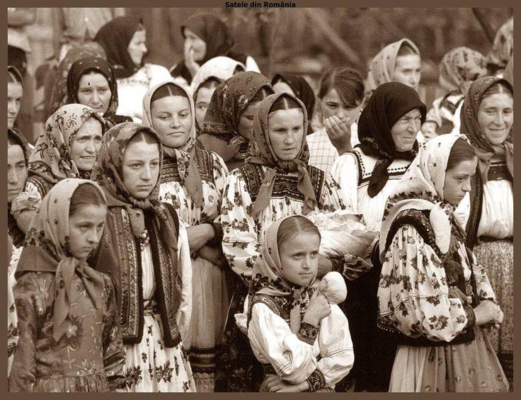 Group of women in traditional costumes from Oas. Approx. 1969 Arhivă © Deutsche Fotothek
