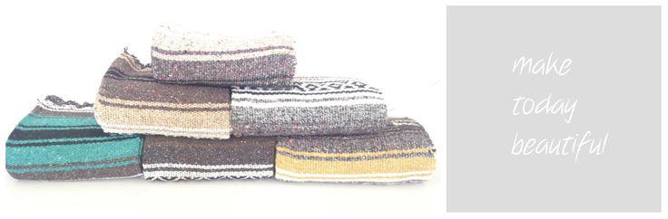 Authentieke mexicaanse hand geweven sarape type Falsa.  Deken is te gebruiken als: festival plaid, decoratie, baby deken, omslag doek, woonplaid, yoga mat, picknick, wandkleed en nog voor veel meer.