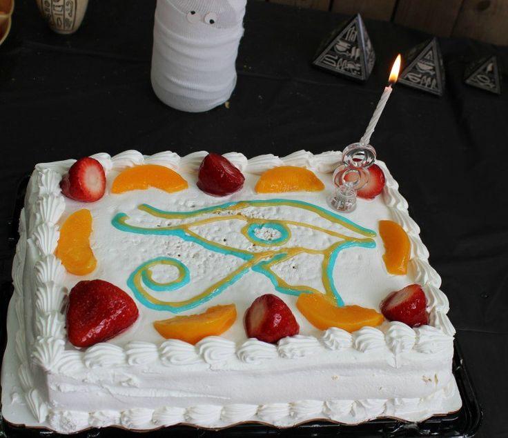 Pastel Tres Leches con decoración egipcia. El Domingo pasado, celebramos el cumpleaños de mi hija. Hicimos una fiesta temática sobre el Antiguo Egipto! En el blog las manualidades, decoraciones, comidas, juegos y otras ideas que puedes utilizar para una fiesta, proyecto escolar y más!