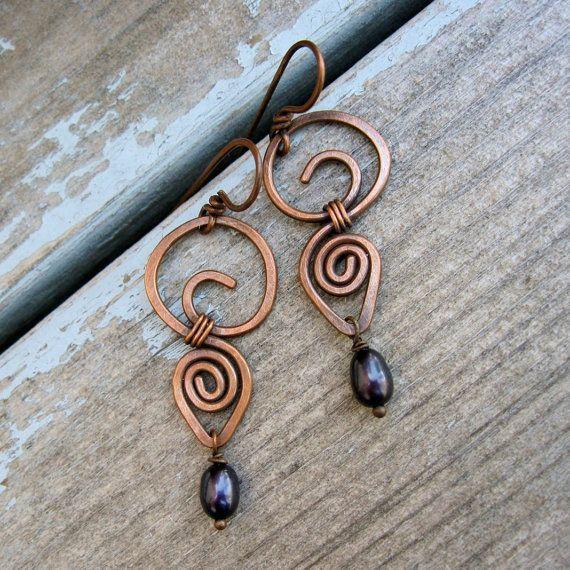 Martellato ricciolo cerchio di rame a forma di filo è avvolto a un altro vortice di goccia di pioggia, che trasporta una monachella perla dacqua