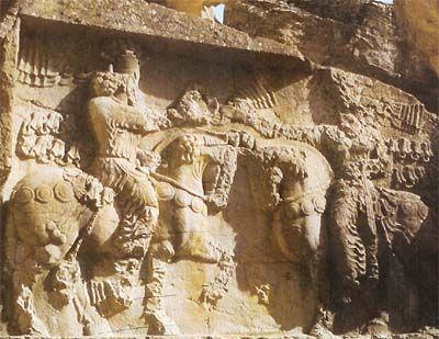 Los primeros pasos de la religión irania están estrechamente enlasados con los de la India. En ambos casos se da un tronco indoeuropeo común (V. INDIA VI; VEDAS), pero paulatinamente la religión irania se fue apartando de la india, pues el panteísmo persa tenderá a colocar en lugar preeminente el mundo y la vida, mientras que el panteísmo indio tenderá a lo contrario. El pueblo solía practicar el sacrificio de animales ante un mago que daba al acto un carácter oficial; los magos, según…
