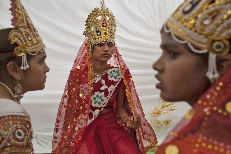 IlPost - Delhi, India - Ragazze indiane vestite come la dea Laxmi in attesa prima della processione che festeggia la nascita del dio Hanuman (AP Photo/Tsering Topgyal)