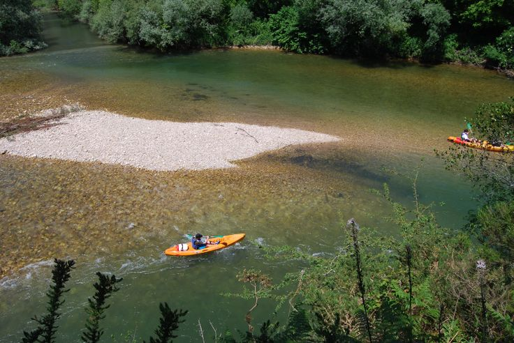 Vista aerea de gente en canoa por el sella
