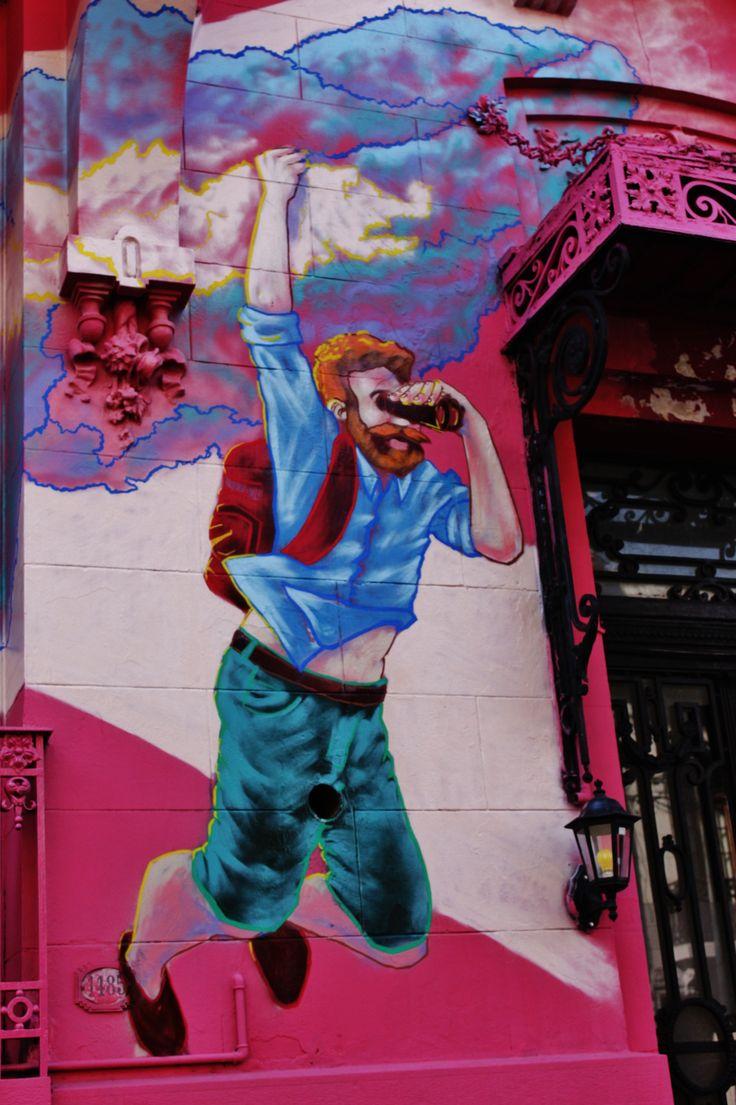 Graffiti de mochilero en la fachada del hostel en la calle gallo y charcas.