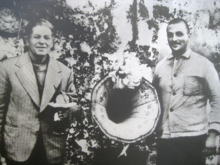 1980. Ο Χρήστος Ζακχαίος στο παλιό έθιμο με το πορτοκάλι, δίπλα του ο Γεράσιμος Αλέστος-Πίτσικας με το γραμμόφωνο για τα 'έτη πολλά και ευτυχή'.
