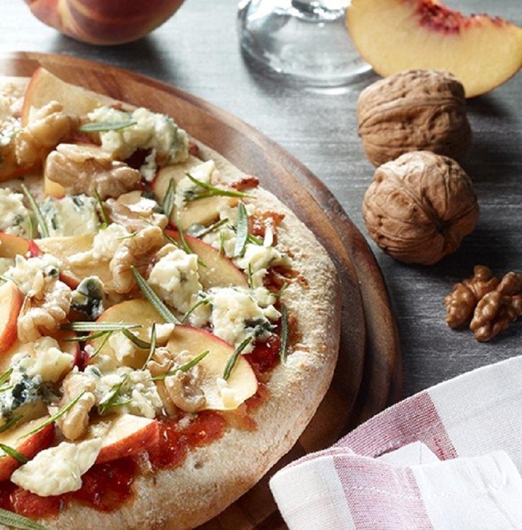 Pikanter Gorgonzola und frischer Pfirsich auf Pizza Tradizionale Margherita.