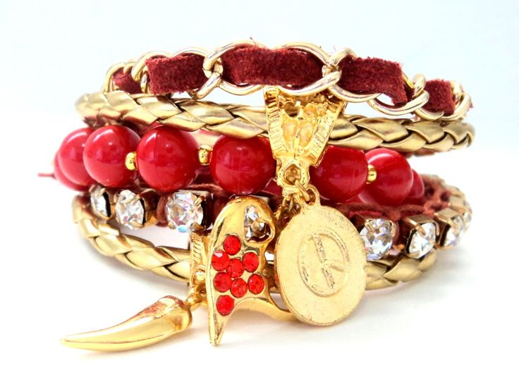 Cód: PUL488    Conjunto com 5 pulseiras, sendo 2 em couro sintético dourado, 1 de bolas acrílicas amarela, 1 macramê com strass e 1 de camurça com corrente. Pingentes diversos e strass.