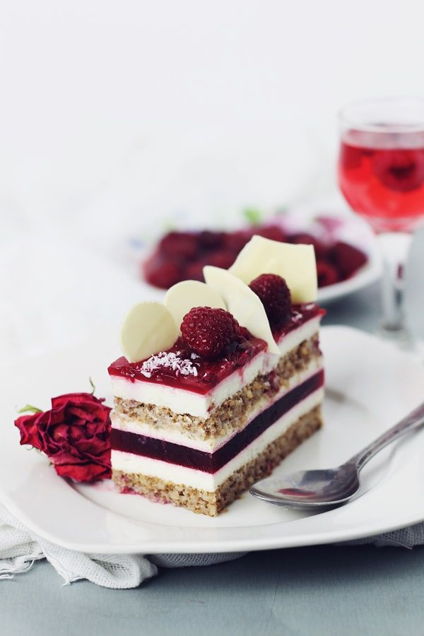 Cake with mascarpone mousse and raspberry jelly