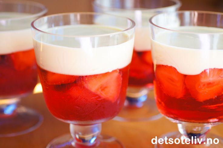 Det jeg kommer med i dag er slettes ikke noen oppskrift - men snarere en påminnelse om en av de enkleste og beste dessertene som finnes! Friske, søte jordbær i jordbærgelé med vaniljesaus til - ja det er sommerdessert det!