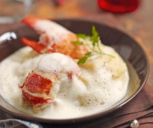 Amateurs de crustacés, cette recette de homard à l'émulsion de champagne et purée de céleri. Un excellent plat en sauce.