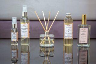 Dyfuzory, eleganckie, klasyczne, dodające wdzięku wnętrzom. Szeroki wybór zapachów znajdzie uznanie u najbardziej wymagających odbiorców...