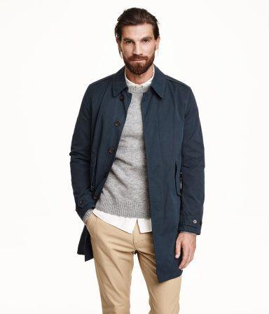 Manteau en tissu mat légèrement rugueux. Modèle avec col et boutons dissimulés devant. Poches latérales à rabat et bouton-pression dissimulé. Épaulettes. Patte boutonnée ajustable en bas de manche. Fente dans le dos. Une poche intérieure. Doublé.