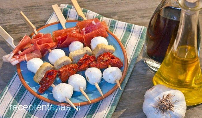 Leuke hapjes voor feestjes enzo - prikkers met mozzarella en serranoham
