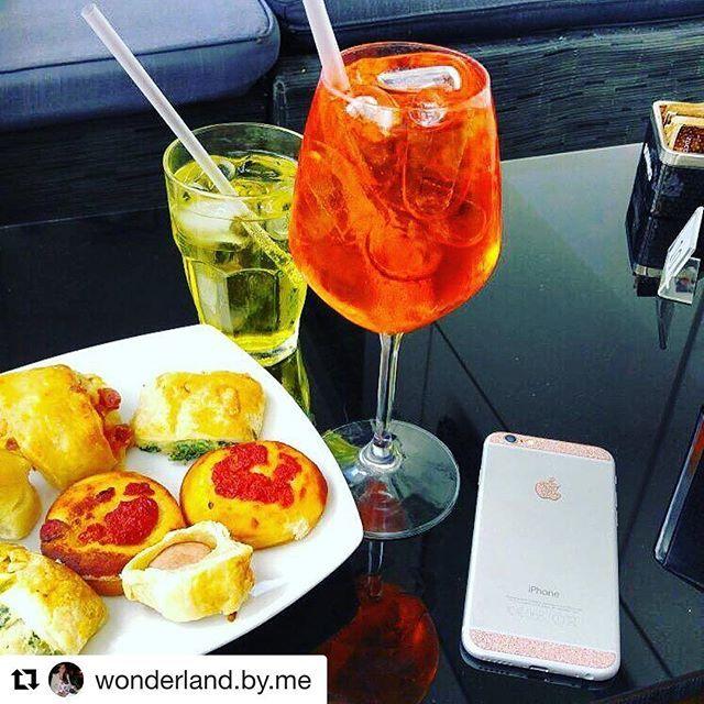 Have a drink today with #PhoneStar! 🍹💋☀️ Unsere Design-Folien passen in jeden Lifestyle. Ob euer Handy bei einem schicken Lunch daneben liegt, beim offiziellen Business-Meeting oder auf dem Tisch bei Freunden nach Feierabend.