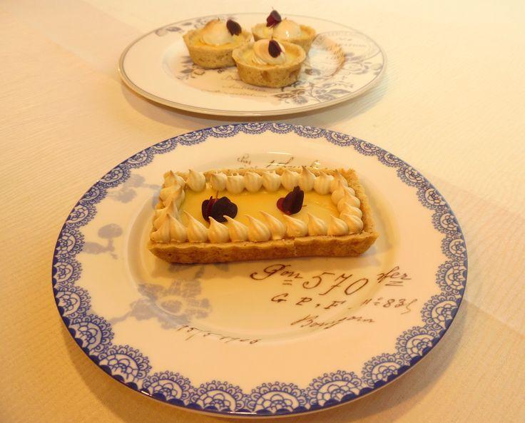 Disse små syrlige glutenfrie mini citrontærter med sød smagfuld marengs med ahornsirup på toppen er en lækker dessertkage.