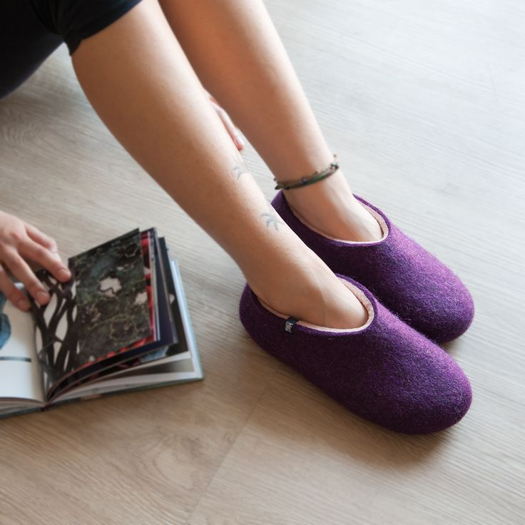 wooppers-felted-slippers-aubergine-pale-pink-on lady's feet