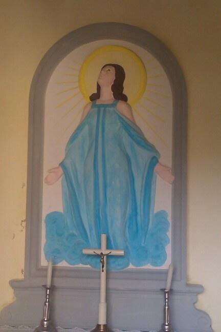 Decorazione di una madonnina in gesso all interno di una cappella