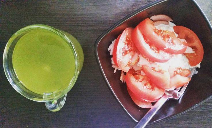 Dziś zdjęcie mało artystyczne. Ostatnia herbata japońska w domu właśnie jest wypijana. Zapasy się skończyły. Bardzo liczę na to że @czajownia coś fajnego przywiezie i znów umami będzie rządziło w mojej szufladzie z herbatą.  #japonia #sniadanie #dziendobry #pomidory #herbata #instaherbata #piewcyteiny #tea #tee #instatea #lifestyle #instafood  #healthy #caj #tealife #tealovers #teaddict #kochamherbate #ilovetea #chá #te #čaj #thé #çay #thee #té #tè
