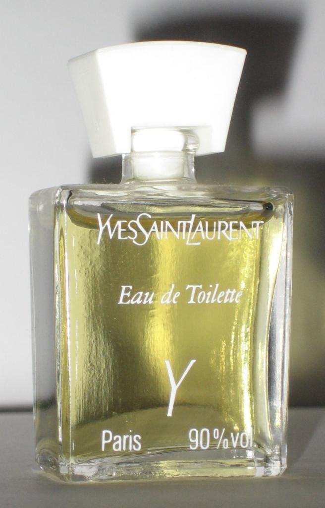 les 69 meilleures images du tableau parfums miniatures sur pinterest flacons de parfum. Black Bedroom Furniture Sets. Home Design Ideas