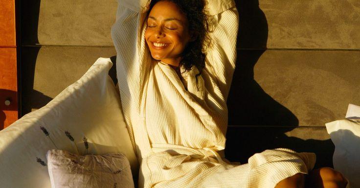 Cómo levantarte temprano sin sentirte cansado. Para despertar temprano sin sentirte cansado, tienes que ir a la cama a una hora razonable y dormir profundamente un tiempo suficiente. Cuanto más cómodo el ambiente para dormir, mejor será tu sueño. Y mientras mejor es el sueño, más despierto te sientes cuando la alarma del despertador suena a la mañana siguiente. Esta rutina no sucede en una ...