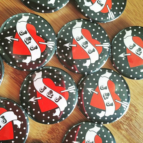 This lapel pin is the perfect gadget to make your rockabilly wedding special! It can be used to enrich your wedding favors or simply as an accessory for your guests .. making the wedding unique and unforgettable!  You can choose between three colors: red, white and black.  Both the pins that the magnets are made by hand using a hand-operated machine.  Diameter: 3,5 cm Colors: white, red or black  When you purchase tell me the color preference, finish and initials you want to insert inside.