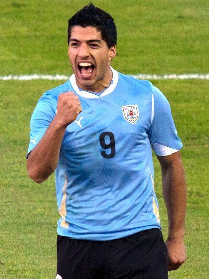 Luis Suarez es muy popular en Uruguay.  Luis es un jugador de fútbol.  El era muy importante en competicion.