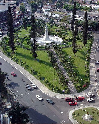 Plaza Las Americas , San Salvador, El Salvador. Chandon estaba pequeña se llamaba El Salvador del Mundo, como el monumento.