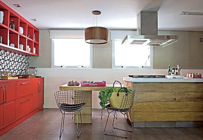 Integrada ao living, a cozinha tem ilha central e pode ser aberta para o exterior pelos grandes painéis que deslizam em corrediças de aço, projetada pelo escritório Brasil Arquitetura