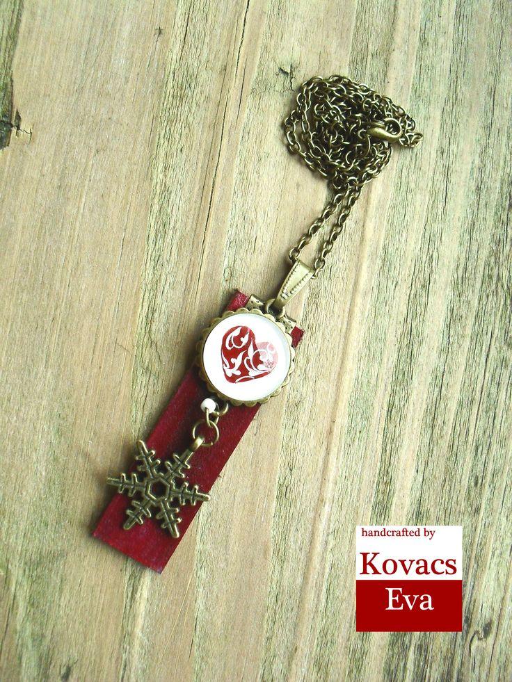 Piros szíves, téli bőr nyaklánc hópihével. Red heart patterned,winter leather necklace with snowflake.