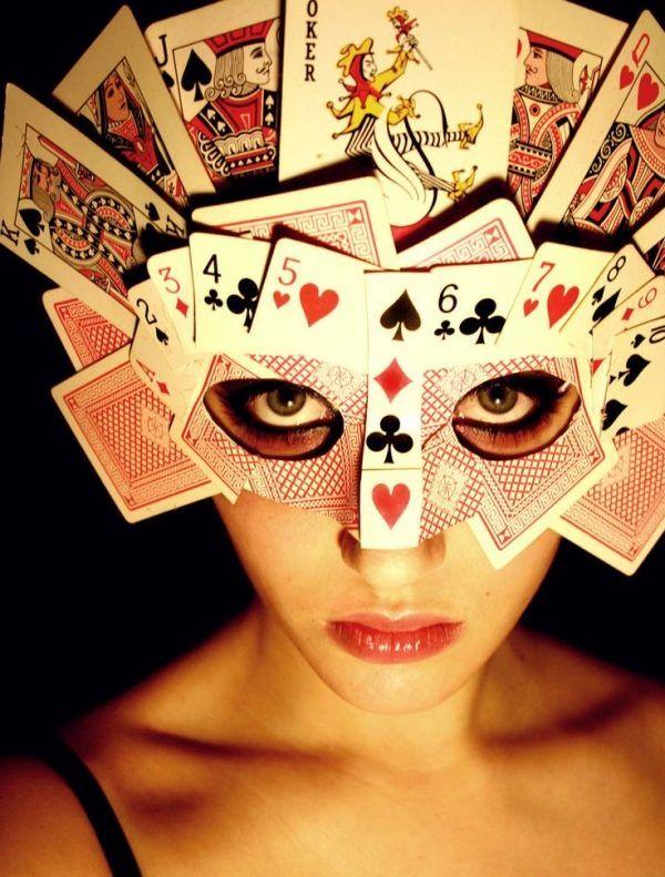 Augenmaske aus Spielkarten - echt kreative Idee!