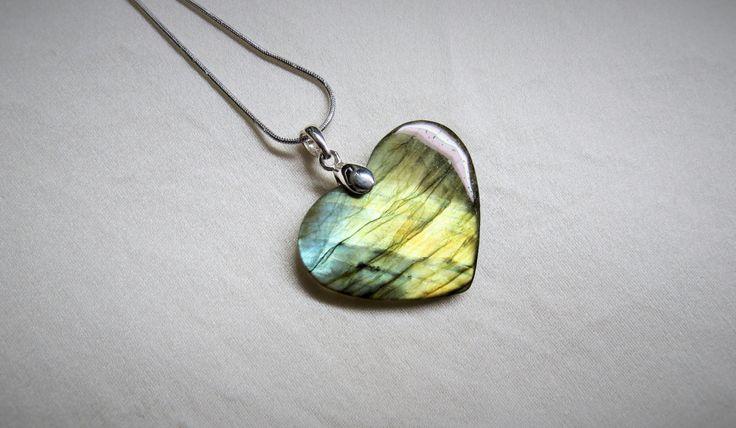 Labradorite, Spectrolite, coeur, pendentif, flash jaune ocre et bleu, chaîne italienne et bélière en argent sterling, pierre naturelle de la boutique Bijoubicou sur Etsy