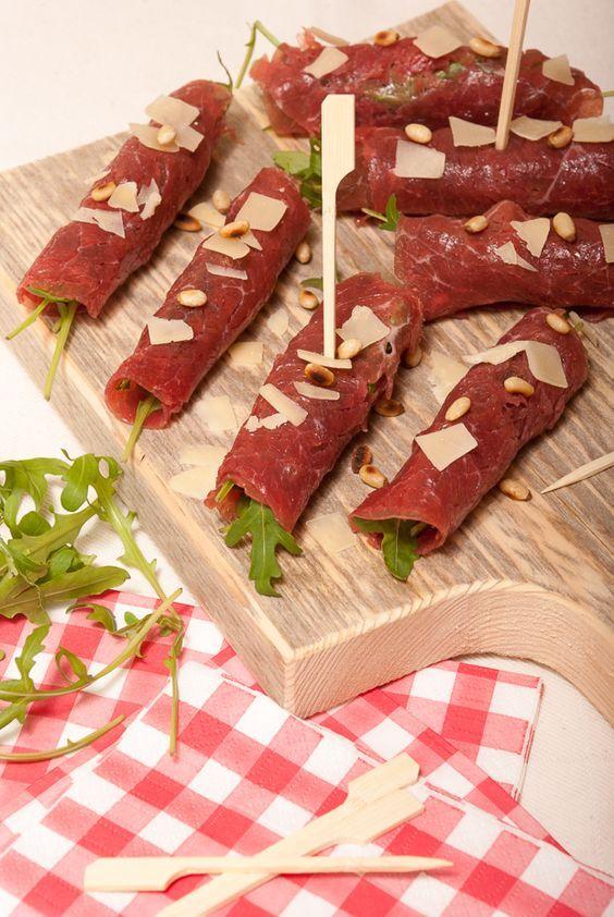 Ik ben echt gek op Carpaccio. De techniek van carpaccio is het flinterdun snijden van vlees. Met deze dunne plakjes kun je heerlijke recepten maken. De klassieke rundercarpaccio is natuurlijk wereldberoemd op een broodje. Maar er zijn nog veel meer leuke en verfrissende manieren om met carpaccio gerechten te maken. Wij hebben onze 6 favoriete …