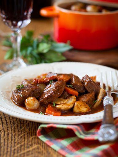 BOEUF BOURGUIGNON Rapide (pour 6 p.) - 800 g de boeuf pour bourguignon (gîte à la noix, gîte) - 100 g de lardons - 50 g de beurre ou 3 cuillères à soupe d'huile - 2/3 de litre de vin rouge - 2 oignons - ail - 2 cuillères à soupe de farine - 1 bouquet garni (thym, laurier, persil) - sel, poivre - 250 g de champignons de Paris (en boîte)