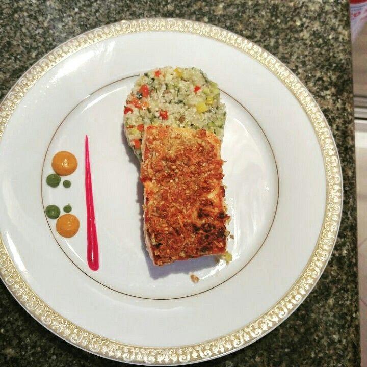 Salmon en costra de almendra con rayadura de naranja y menta con ensalda de cous cous, quinoa y vegetales