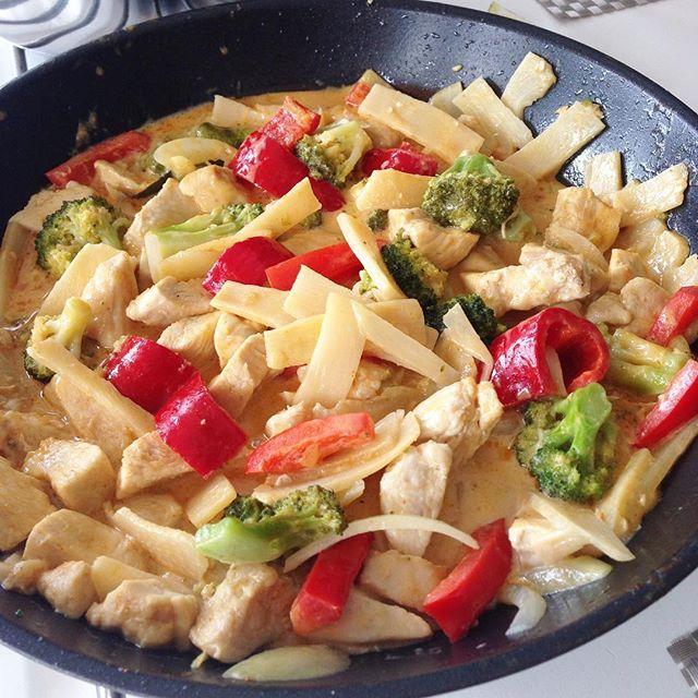 DAGENS MIDDAG 🍴🌶 . Kyckling wok med röd curry och kokosmjölk. Till detta - smörstekt blomkålsris 🍚 Recept på bloggen, direktlänk i profil 🍀