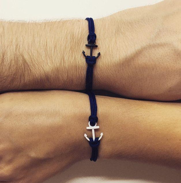 Die Armbänder bestehen aus dunkelblauem Segelseil und weißem und schwarzem Anker. Hinweise zur Umgang: Die beiden Anker sollten beim Tragen nicht in Berührung mit scharfen Gegenständen oder...