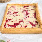 Prosty+mazurek+z+białą+czekoladą+i+malinami+zdążycie+zrobić+nawet+w+natłoku+przedświątecznych+obowiązków+:)+Pyszny+spód+z+kruchego+ciasta+w+połączeniu+z+kremem+z+białej+czekolady,+śmietanki+kremówki+i+malin+oddaje+słodki+smak+Wielkanocy+:)+Uwielbiam+takie+proste+i+smaczne+rozwiązania+:)+Zachęcam+do+skorzystania+z+przepisu+:)