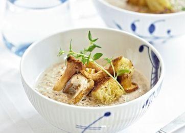 En lækker cremet svampesuppe er perfekt til forret. Vælg selv dine svampe, f.eks. kantareller og karljohan.