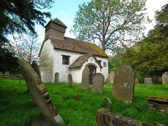 ウェールズの僻地。七本の古いイチイの木に囲まれる。1924年、彫刻家エリック・ギルはここに移り住み、パーペチュアとギル・サン書体をデザインした。