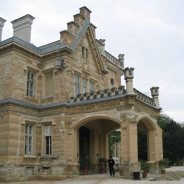 Nádasdy gróf és kastélya http://www.turabazis.hu/latnivalok_ismerteto_4655 Gróf Nádasdy Ferenc 1956 végén elhagyta az országot. 1969-ben látogatott először Magyarországra. 1991-ben létrehozta a Nádasdy Alapítványt és Nádasdy Akadémiát. 1998-ban települt végleg haza Mo-ra. Alapítványa támogatta a nádasdladányi kastély felújítását, mely egykor családjának otthona volt. A grófot 2013. január 15-én, hosszú betegség után, 76 éves korában érte a halál.  #latnivalo #nadasdladany #turabazis