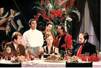 Il cuoco, il ladro, sua moglie e l'amante (1989) Peter Greenaway. Il film è suddiviso nell'arco di dieci giornate durante le quali vengono consumate dieci cene, in un crescendo di violenza e di orrore. Protagonista assoluto della storia è, ovviamente, il cibo, al tempo stesso espressione del piacere e dell'eros, ma anche dell'escremento e della morte.