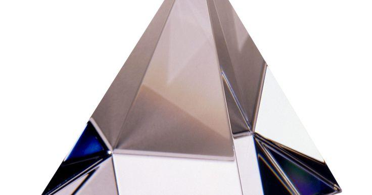Cómo identificar figuras de cristal Swavorski. Fundada por Daniel Swarovski en 1895, Swarovski es la marca de un tipo de cristal de plomo que se corta con precisión en esculturas, estatuillas y candelabros. Los coleccionistas también compran estos cristales para hacer joyería o decoración del hogar de gama alta. Estos cristales son considerados de muy alta calidad en color, brillo y refracción ...
