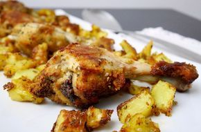 I fuselli di pollo saporiti croccanti al forno sono un tripudio di gusto dato da una lunga marinatura e dall'utilizzo di diverse spezie e piante aromatiche.