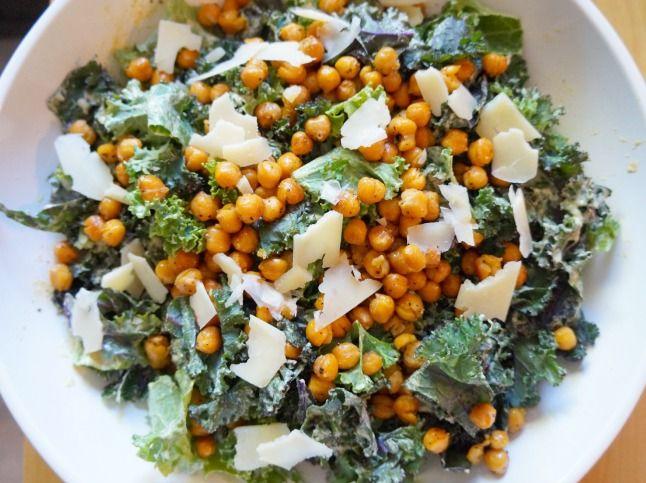 Kale Caesar Salad with Roasted Chickpeas | tomatoboots.co | #vegandressing #crunchy #superfood