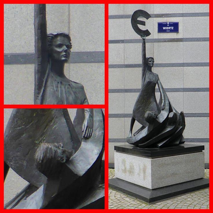 Bruxelles. Parlamento Europeo. Monumento all'ingresso.