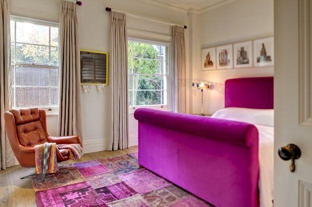 A Holland Park Avenue, no centro-oeste de Londres, é daquelas ruas que reúnem típicas casas vitorianas, inúmeras lojas de luxo, restaurantes badalados –e moradores célebres, como Elton John e Mario Testino.